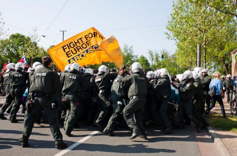 Polizisten schlagen auf antifaschisten ein und versprühen